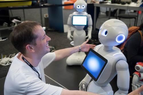 הרובוט פפר של SoftBank Robotics (בתמונה) יודע לקרוא רגשות אנושיים ולהגיב להם. גרסה מותאמת שלו נועדה לסייע לקשישים. צילום: Yuichi Sakuraba.
