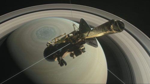 הדמייה של קאסיני צוללת ברווח שבין שבתאי וטבעותיו, בשלב האחרון של משימתה בת ה-20 בחלל. מקור: NASA/JPL-Caltech.