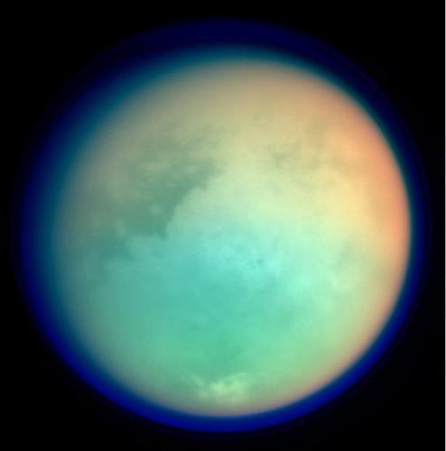 מילום אולטרה-סגול ואינפרא-אדום של הירח טיטאן, שבאמצעותו ניתן לחדור מבעד לאטמוספירה של הירח, המסתירה את פני השטח כשמתבוננים בו בתחום האור הנראה. תמונת צבע מלאכותי, שצולמה על ידי קאסיני בשנת 2004. מקור: NASA/JPL/Space Science Institute.