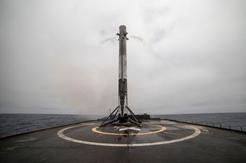 השלב הראשון של משגר פאלקון 9 לאחר נחיתה על אסדה ניידת בלב האוקיינוס, במשימה קודמת של ספייס אקס מיוני השנה. מקור: SpaceX.