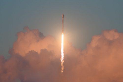 הפאלקון 9 המשומש ממריא לחלל בשיגור המוצלח אתמול. מקור: SpaceX.