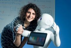 """""""בעתיד, ייתכן שבני האדם יסתמכו על סיוע רובוטי עבור מטלות יום-יומיות באופן גובר, ומחקרנו מראה כי סוג התנועות שהרובוט עושה בעת האינטראקציה עם בני אדם, משפיע על רמת שביעות הרצון של האדם מהאינטראקציה"""", אומרת ד""""ר שלי לוי-צדק (בתמונה). צילום: דני מכליס, אוניברסיטת בן-גוריון."""
