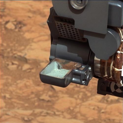 """צילום של דגימה שהרובר קיוריוסיטי חפר, לפני שהיא נכנסת למעבדה הניידת של הרובר, בה נמצא, בין היתר, המכשיר CheMin שבעזרתו חיפש הרובר אחר מינרלים קרבונטים. מקור: נאס""""א."""
