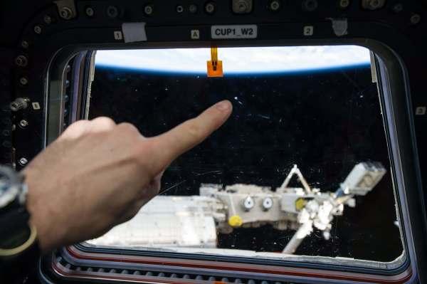 תיעוד של פגיעת מיקרומטאוריד באחד מחלונות מודול קופולה של תחנת החלל הבינלאומית. חללית הדרגון ששוגרה היום תביא לתחנה מכשיר שינטר אחד פגיעות חלקיקי פסולת חלל בתחנה כדי ללמוד איך להגן טוב יותר על חיי האסטרונאוטים. מקור: NASA.