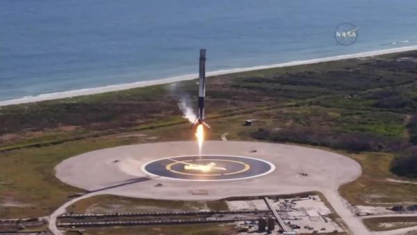 השלב הראשון המשומש של הפאלקון 9 מבצע נחיתה על כן הנחיתה בקייפ קנוורל, הנחיתה המוצלחת השנייה שלו, וה-20 במספר של החברה. מקור: צילום מסך מתוך ערוץ היוטיוב של NASA.