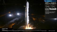 """המשגר פאלקון 9 ועליו המטען הסודי """"זומה"""", ברגעי ההמראה הראשוניים מכן השיגור SLC-40 בקייפ קנוורל. מקור: צילום מסך מהשידור החי של SpaceX."""