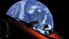 הטסלה רודסטר, ובובת האסטרונאוט, על רקע כדור הארץ. לא זו לא בדיחה. מקור: SpaceX.