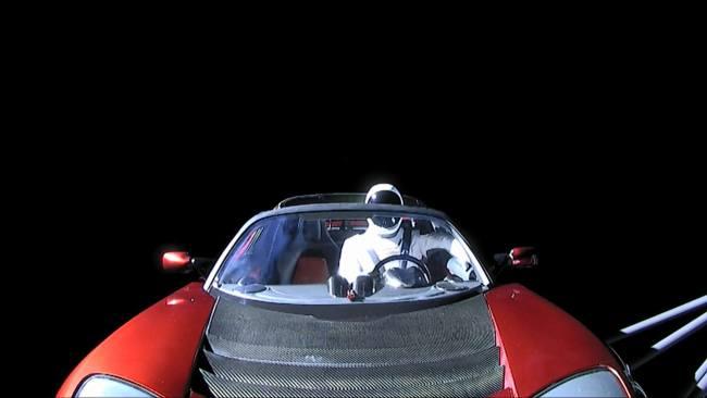 """זווית ממצלמה נוספת - בה נראית היטב הבובה """"סטראמן"""" לבושה בחליפת החלל של ספייס אקס. מקור: SpaceX."""