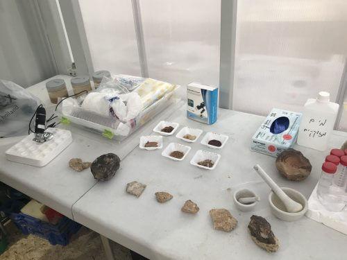 שולחן הניסויים הגיאולוגיים בהאביטט המדמה משימה למאדים ששימש את משלחת הרמונאוטים הראשונה, פברואר 2018. צילום: אבי בליזובסקי