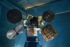 הלוויין עמוס 6 בבדיקות בתעשיה האווירית ערב העברתו לשיגור שהסתיים בהשמדתו. צילום: יחצ חלל תקשורת