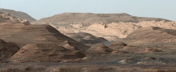 """הר שארפ במכתש גייל במאדים, אותו חוקר מאז 2012 הרובר של נאס""""א """"קיוריוסיטי"""". מקור: NASA/JPL-Caltech/MSSS."""