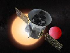 טלסקופ החלל TESS על רקע כוכב לכת חם וקרוב לשמש שלו. איור: NASA GODARD