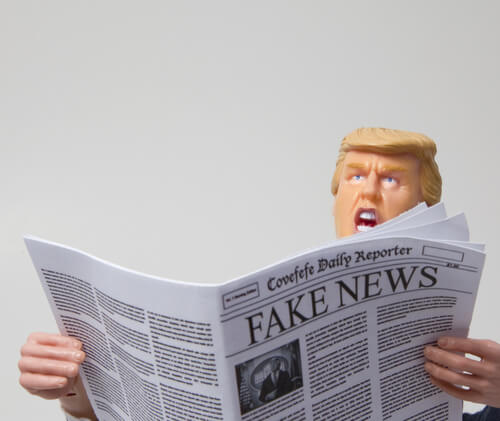 """קריקטורה המראה את נשיא ארה""""ב דונאלד טראמפ קורא חדשות מזויפות. איור: shutterstock"""