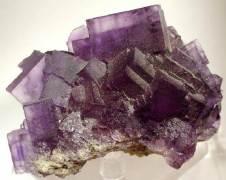 גביש פלואוריט – המינרל מוזכר בכתבים מהמאה ה-16, משמש בין היתר למטרות נוי ונחשב לאחד המינרלים הססגוניים בעולם. תצלום: Rob Lavinsky, iRocks.com – CC-BY-SA-3.0
