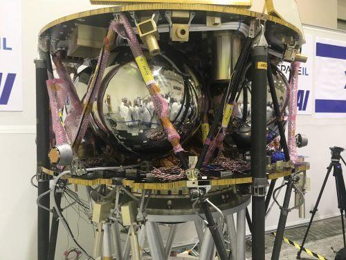 החללית הישראלית של SpaceIL שמתוכננת לשיגור לירח בפברואר ולנחיתה על פניו באפריל 2019 במתקני ההרכבה במפעל חלל של התעשיה האווירית, כפי שנראתה ביולי 2018. צילום: אבי בליזובסקי