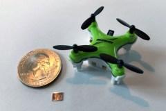שבב מחשב חדשני, שגודלו קטן ממטבע של 10 סנטים, מסייע לרחפנים ממוזערים לנווט את דרכם במרחב. [התמונה באדיבות החוקרים]