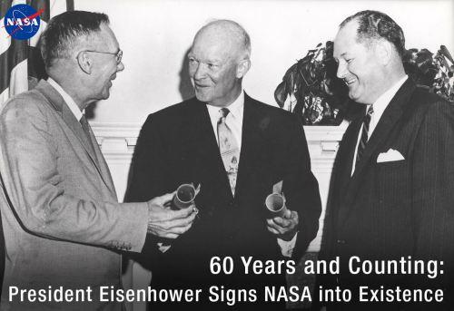 """הנשיא דווייט ד. אייזנהאור (במרכז) ממנה את ט. קית גלנאן (מימין) למנהל הראשון של נאס""""א ואת היו ל. דריידן לסגן המנהל הראשון.צילום: נאס""""א."""