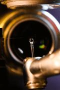 מערכת הניסוי: הכדור הזעיר שבקצה המוט מסתובב במהירות בקרבת מקור האור – הסיב האופקי שנראה ברקע. אור המגיע מצד ימין של הסיב מועבר, בעוד האור המגיע משמאל נחסם. למטה: המנוע המסובב את הכדור.