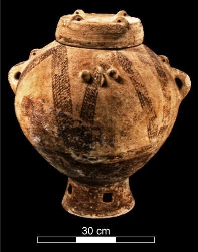 קנקן מעוטר לקבורה מהתקופה הכלקוליתית שנמצא במערת פקיעין (צילום: מריאנה זלצברגר, באדיבות רשות העתיקות)