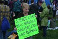 משתתפת באחד המצעדים למען המדע, אפריל 2017, מסבירה מדוע חשוב לקבל החלטות מבוססות מדע. צילום: shutterstock