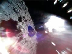 תמונה דינמית זו צולמה על ידי הגשושית 1A ב-22 בספטמבר בסביבות 11:44 שעון יפן (15:44 שעון ישראל). בתמונה נראים פני השטח של האסטרואיד ריוגו במהלך קפיצה. במחצית השמאלית של התמונה נראים פני השטח של ריוגו ואילו הכתם הבהיר בצד שמאל נוצר כתוצאה מחשיפה לאור השמש. צילום: פרויקט היאבוסה 2, סוכנות החלל היפנית JAXA.