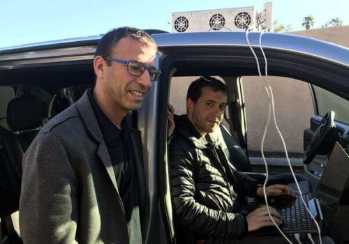 """קובי מרנקו, מנכ""""ל ארבה רובוטיקס (משמאל), וד""""ר נועם ארקינד, סמנכ""""ל הטכנולוגיות של החברה, מדגימים לכתבנו את המכ""""ם שלה. צילום: אבי בליזובסקי"""