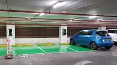 מכונית חשמלית מוטענת בחניון בתל אביב. צילום: shutterstock.com