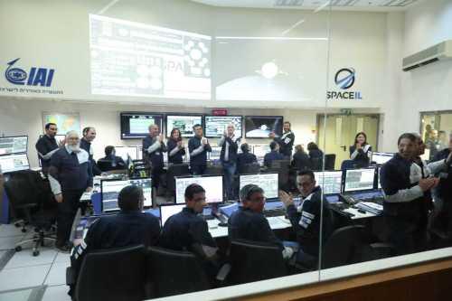 מחיאות הכפיים בחדר הבקרה של החללית בראשית במתקני התעשיה האווירית ביהוד, לאחר הצלחת מבצע לכידת הירח. צילום: SpaceIL והתעשייה האווירית