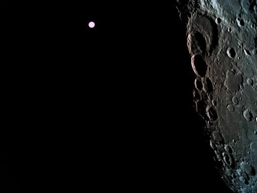 """קרקע הירח, כפי שצולמה מהחללית בראשית מגובה 470 ק""""מ, וברקע כדור הארץ. צילום: SpaceIL והתעשייה האווירית"""