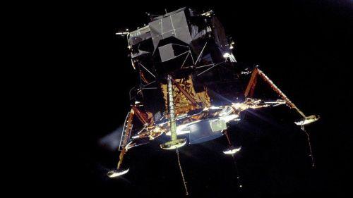 """רכב הנחיתה הירחי של אפולו 11, כפי שצולם על ידי מייקל קולינס מחללית הפיקוד. דקות אחדות מאוחר יותר התגלתה התקלה שגרמה כמעט לביטול הנחיתה אלמלא תושיתו של ניל ארמסטרונג. צילום: נאס""""א"""