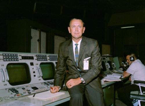 הוביל את התפיסה כי הפקח הוא האחראי העליון על המשימה ואין לערער על קביעותיו. קראפט במרכז הבקרה | צילום: NASA