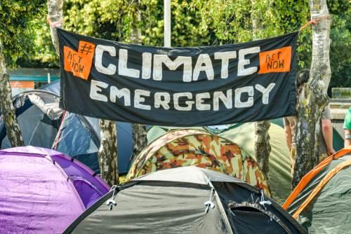 """קארדיף, בריטניה, יולי 2019: שלט ועליו הכיתוב """"מצב חרום אקלימי"""" שהוצג במהלך הפגנה נגד שינויי האקלים שאורגנה על ידי תנועת מרד בהכחדה. צילום: shutterstock.com"""