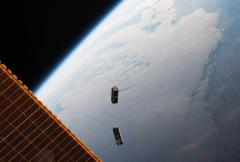 """שני ננו לוויינים מבוססי קיובסאט משוגרים מתחנת החלל הבינלאומית. 2016. צילום: נאס""""א"""