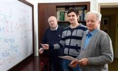 מימין: פרופ' איליה אברבוך, איליה טיוטיוניקוב ופרופ' יחיעם פריאור. תגלית מהדהדת. צילום: דוברות מכון ויצמן