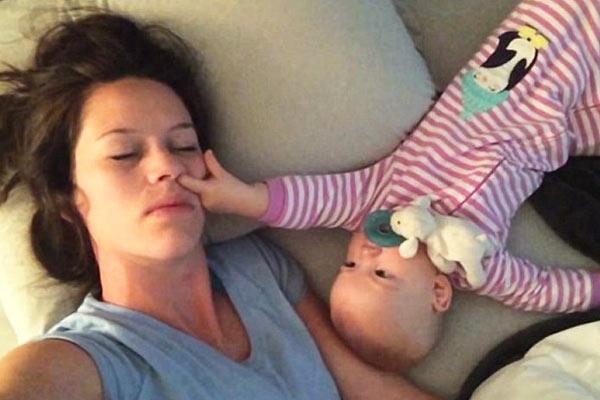 Yorgun Anne Sadece Birazcık Uyumak İstemişti!