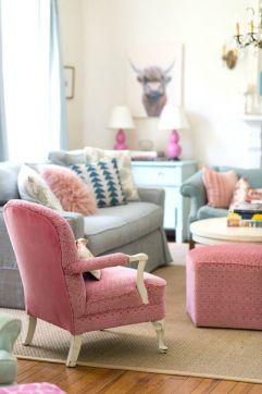 لا تترددي في إختيار كنب مريح اللونين الأزرق الناعم والوردي كي تحصلي على أروع ديكور بألوان الباستيل في غرفة جلوسك.