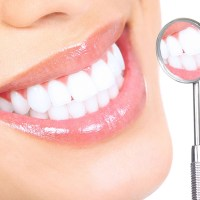 هل الأسنان البيضاء تعني أنها صحية؟