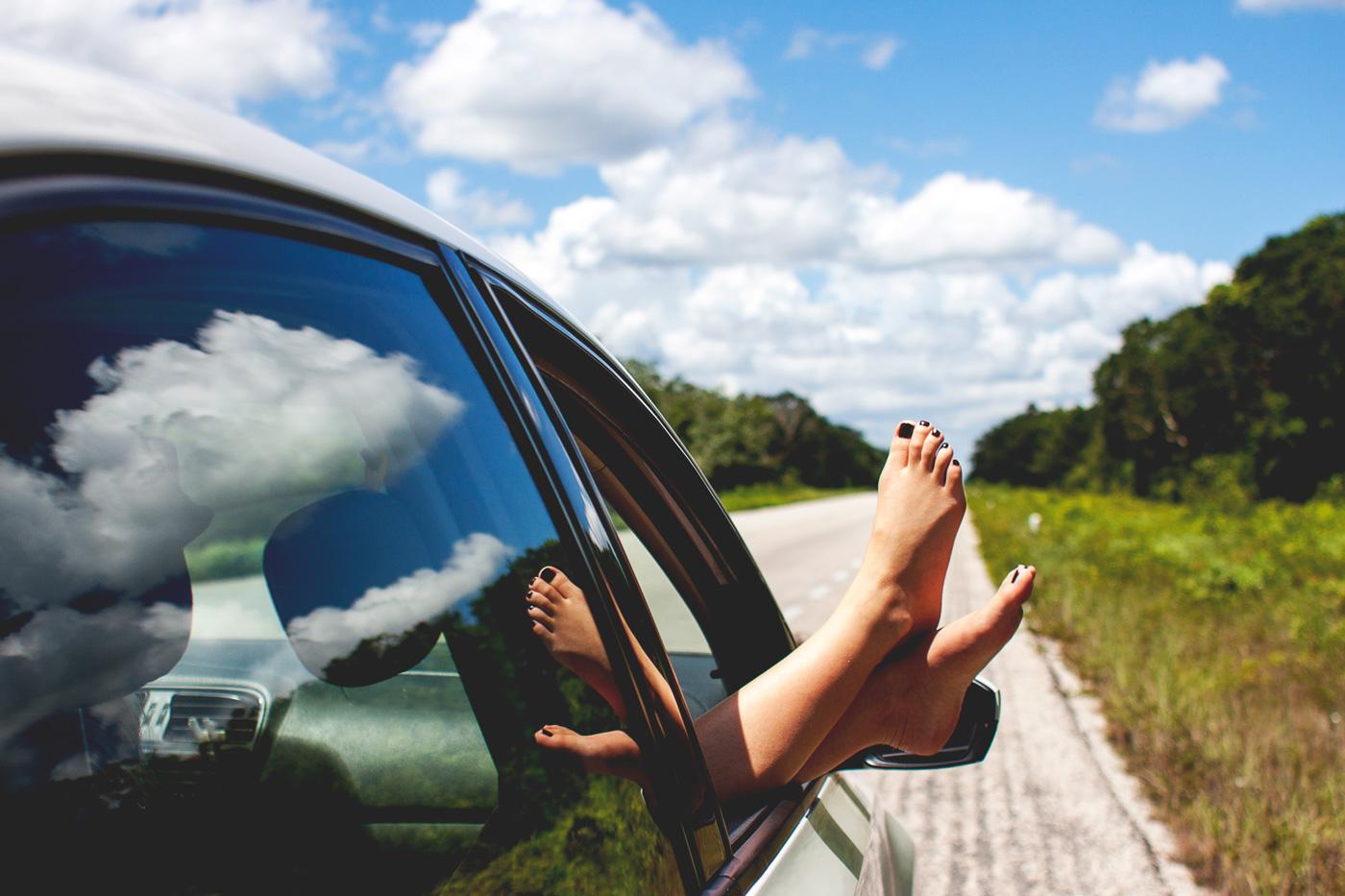 pedicure fai da te - piedi - finestrino auto