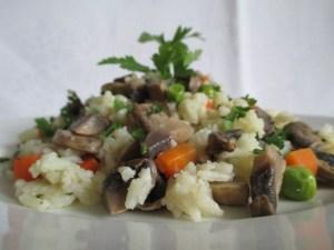 Gombás zöldséges rizs tálalva