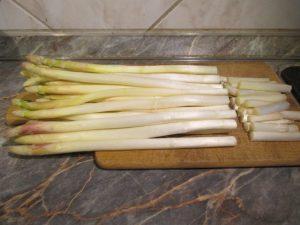 Fehér spárga főzésre előkészítve