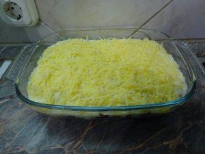 Reszelt sajttal megszórva - sütés előtt