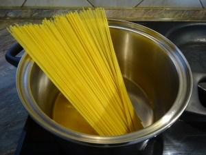 Spagetti főzés előtt