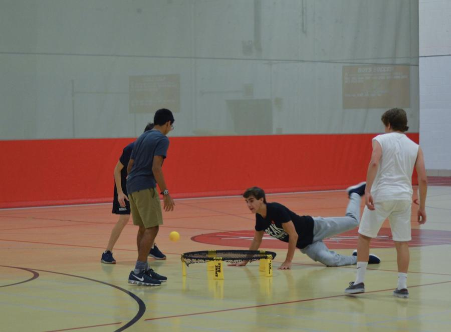 The+spikeball+tournament%2C+hosted+on+Sunday%2C+Oct.+22+by+Peer+Leadership%2C+drew+in+teams+from+every+grade+level+competing+to+win+it+all.+