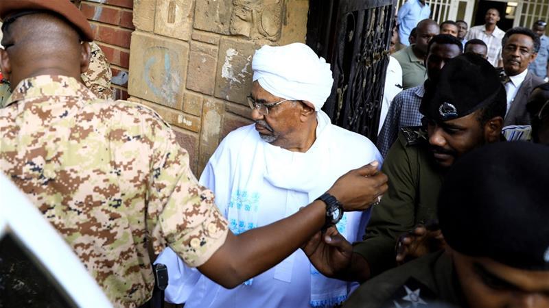 Cumar Al-Bashir Oo Markii u Horaysay Soo Muuqday, Tan iyo Markii la Riday.