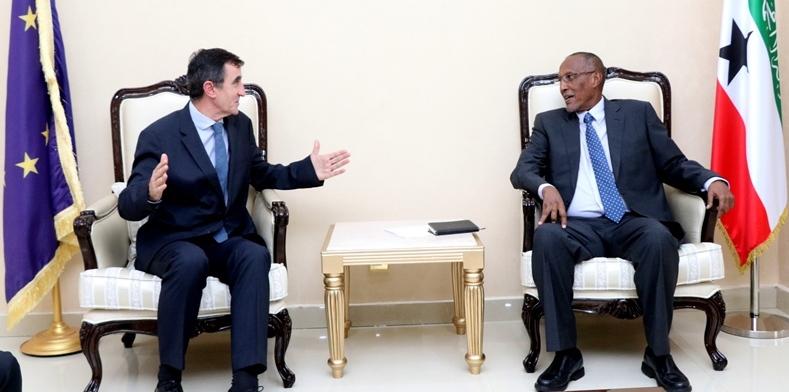 Sawirro: Madaxweynaha Somaliland Iyo Wakiilka Midowga Yurub Ee Soomaaliya Oo Is-bartay