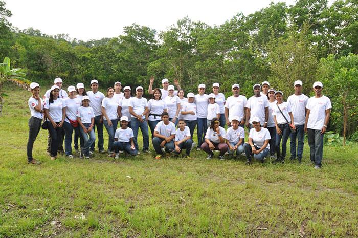 Voluntarios en Acción de Claro tras las labores de reforestación en Majagua.