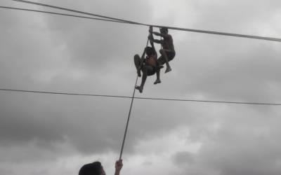 पालघर : एनडीआरएफ की टीम ने 50 फीट बीच हवा में फंसे 2 लाइनमैन को बचाया