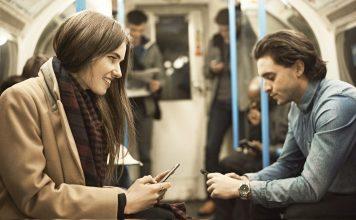 personas se conocen en metro