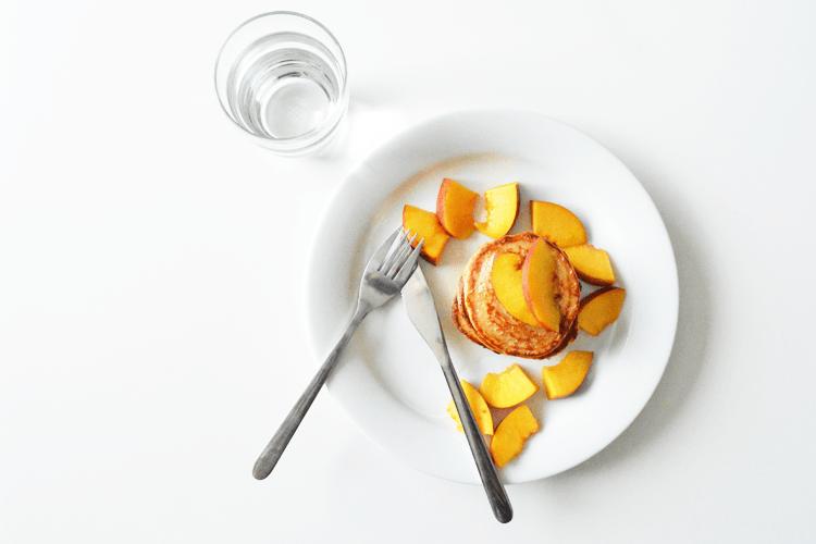 Pannenkoekjes met yoghurt, nectarine en honing