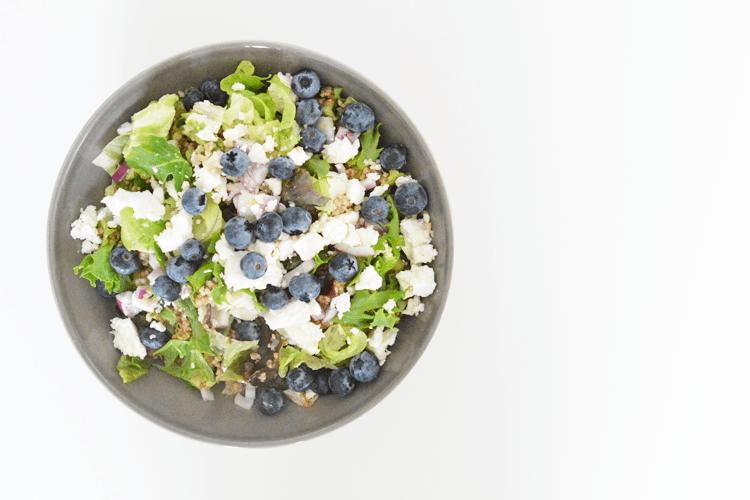 Couscous salade met blauwe bessen, feta en walnoten
